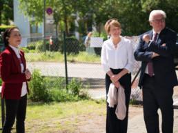 Stiftungsgründerin sowie der Bundespräsident und seine Frau stehen zusammen, lachen
