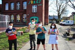 Kinder mit Ostergeschenken vor Jonas Haus